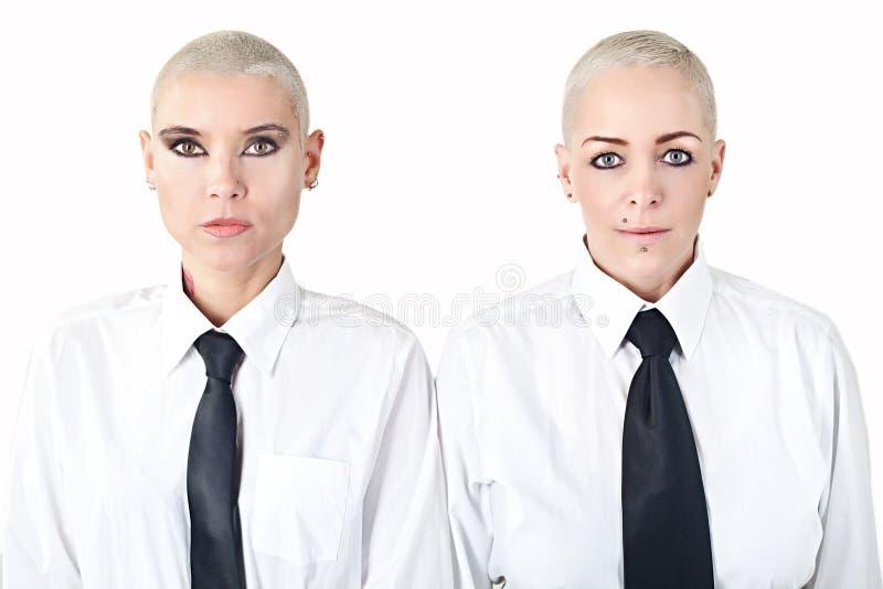 Женщины с одеждами нося людей коротких волос стоковые изображения