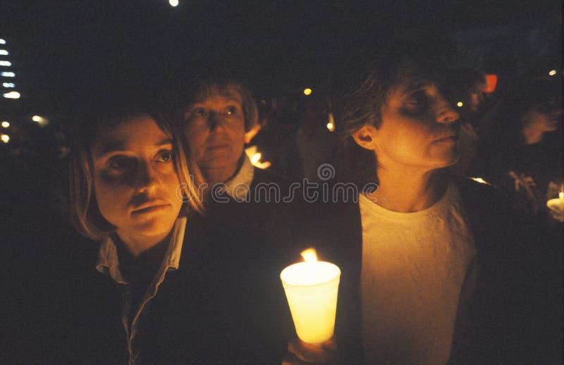 3 женщины с свечой, женщины для кончать боснийскую войну стоковое фото