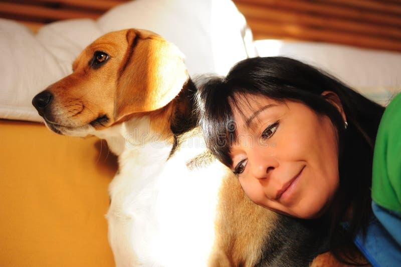 Женщины с собакой стоковое изображение rf
