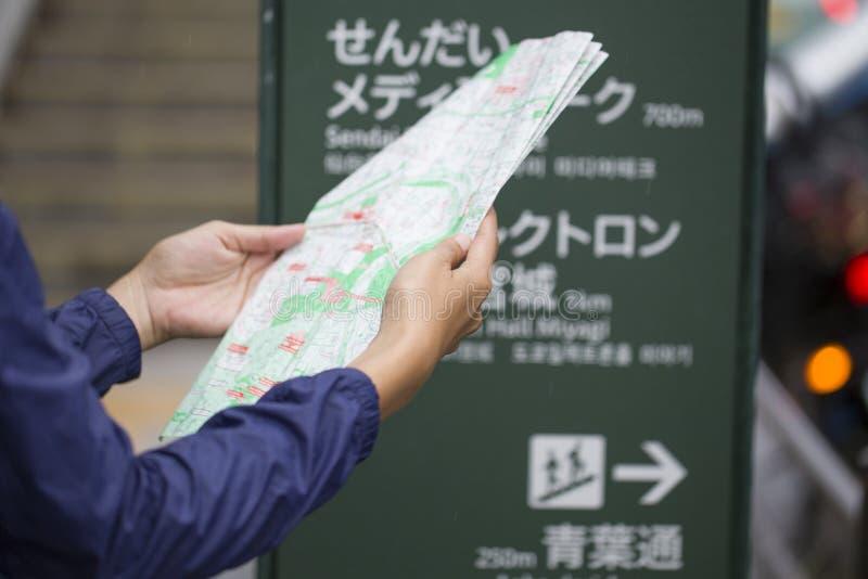 Женщины с туристской картой в Японии стоковое изображение rf