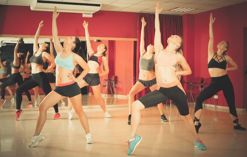 Женщины танцуя в классе стоковая фотография