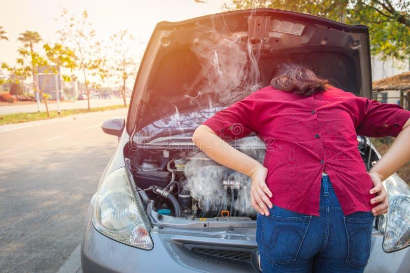 Женщины тревожатся тревога overheat с аварией двигателя автомобиля стоковое фото rf