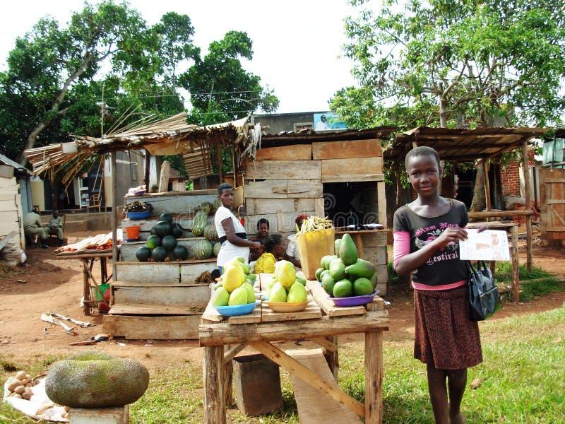 Женщины угандийца продавая местный плодоовощ на стороне дороги стоковое фото