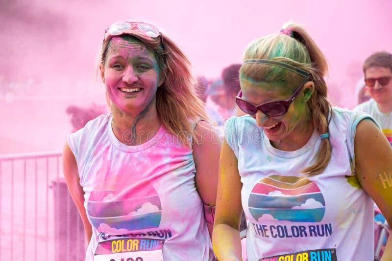 Женщины участвуя в цвете бегут в Праге стоковые изображения rf