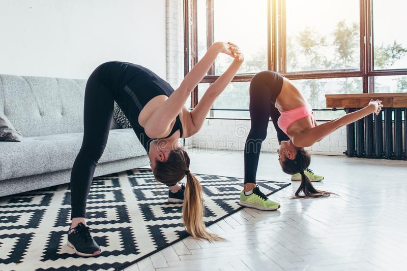 Женщины фитнеса подпирают протягивать тренировать дома Девушка детенышей тонкая делает передний загиб стоковая фотография rf