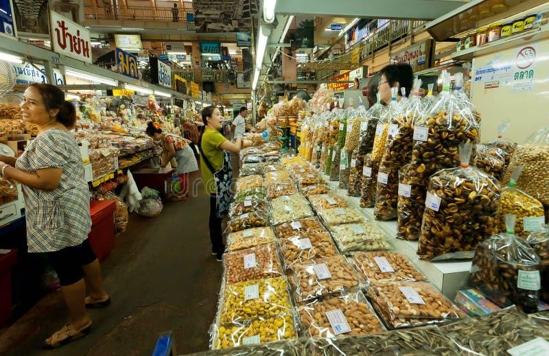 Женщины ходя по магазинам на большом рынке с специями, фасолями, свежими овощами и экзотической едой стоковая фотография