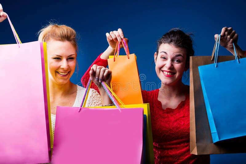 Женщины ходя по магазинам с сериями сумок на сини стоковое изображение rf