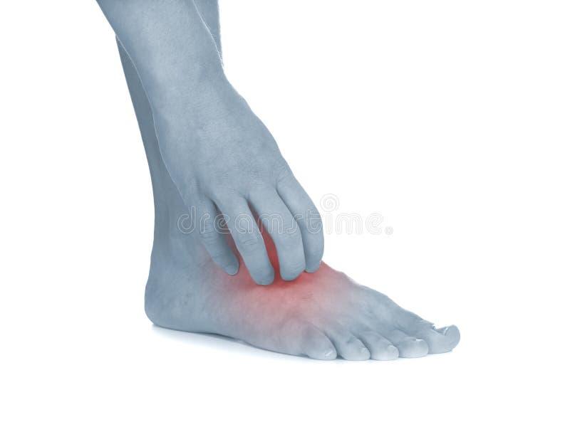 Женщины царапают зудящую ногу с рукой. стоковая фотография