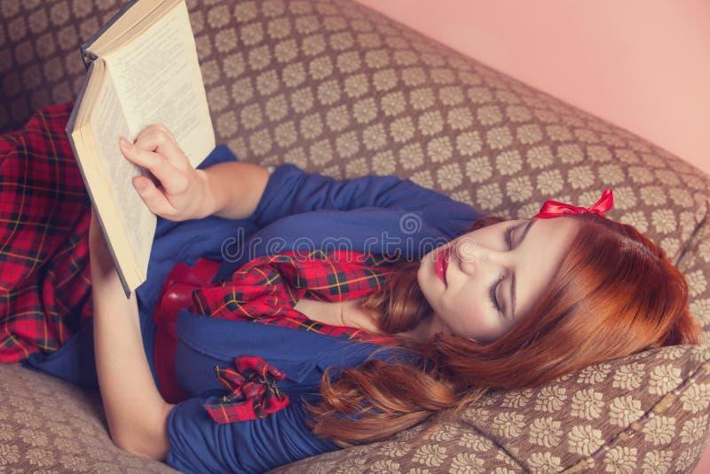 Женщины читая книгу стоковое фото rf