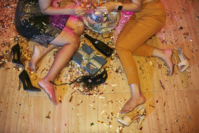 Женщины Barefeet на партии стоковое изображение