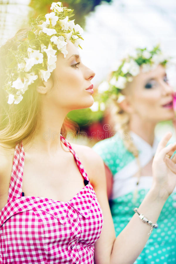 2 женщины gorgeus в свежем саде стоковая фотография