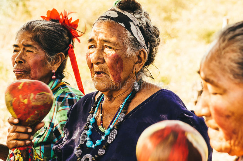 Женщины Guarani старого Paraguayan индигенные выполняют песню стоковые изображения rf