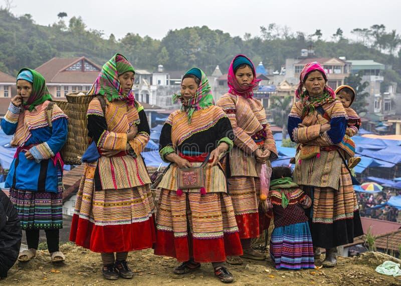 Женщины Hmong в традиционном платье на рынке воскресенья в Bac Ha стоковые фото