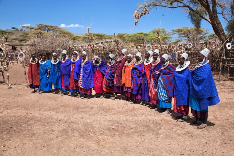 Женщины Maasai в их селе в Танзания, Африке стоковые фотографии rf
