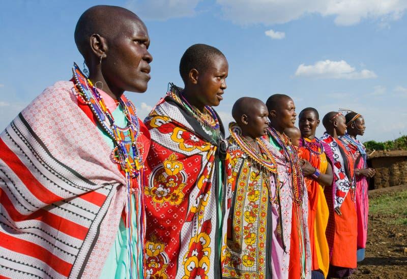 Женщины Maasai совместно поя ритуальные песни в традиционном платье стоковые фото