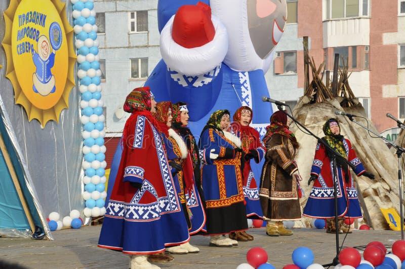 Женщины Nenets поют песни северной культуры стоковое фото rf
