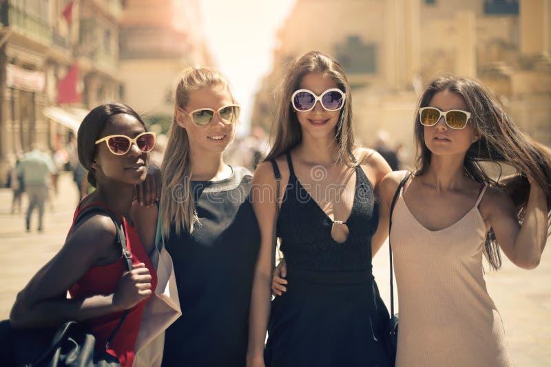 4 женщины ont он улица стоковая фотография