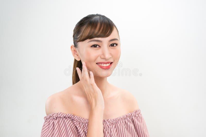 Женщины skincare красоты с зубом здоровья на белой предпосылке стоковые изображения rf