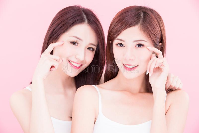 2 женщины skincare красоты стоковое фото