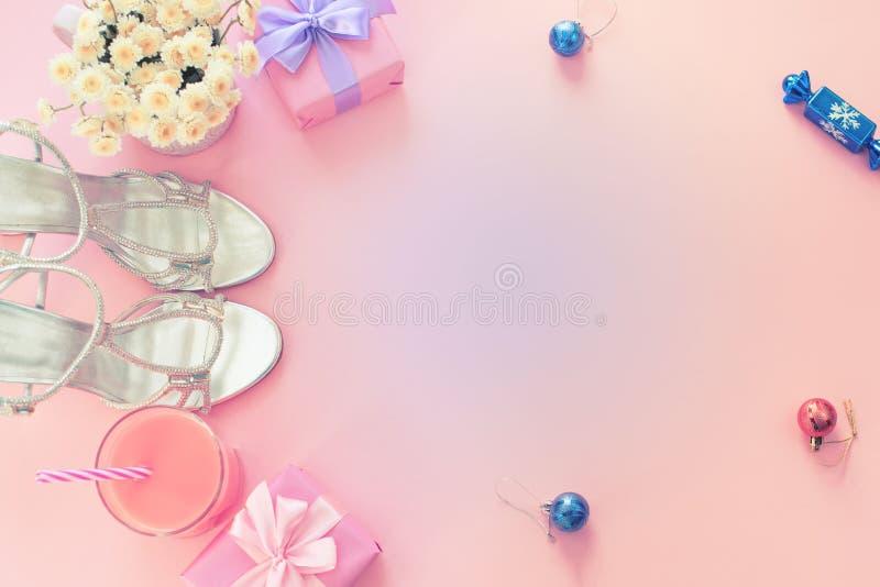 Женщин моды красоты состава рождества игрушки цветков коктейля партии смычка подарка коробки ботинок аксессуаров плоских положенн стоковые фото
