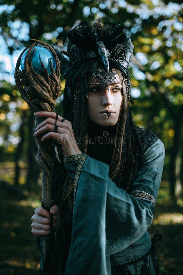 Женщин-шаман с рожками стоковое фото