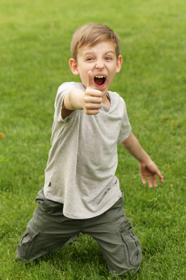 ` Жеста выставок мальчика любит ` стоковое фото rf