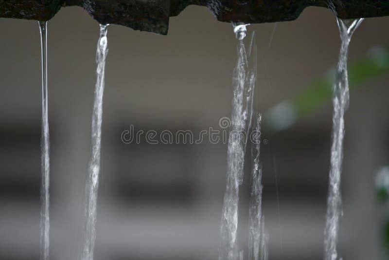 Жестикулируйте падения дождя воды от крыши, мягкой воды фокуса стоковые изображения