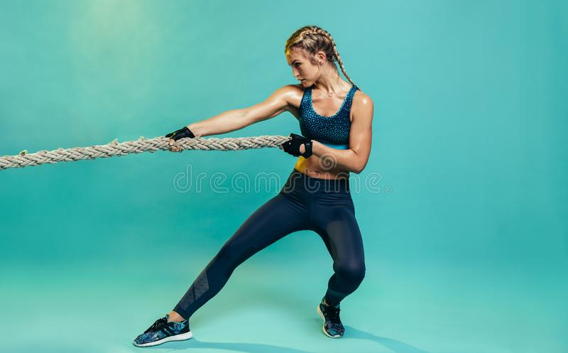 Жесткая женщина спорт работая со сражая веревочкой стоковые изображения