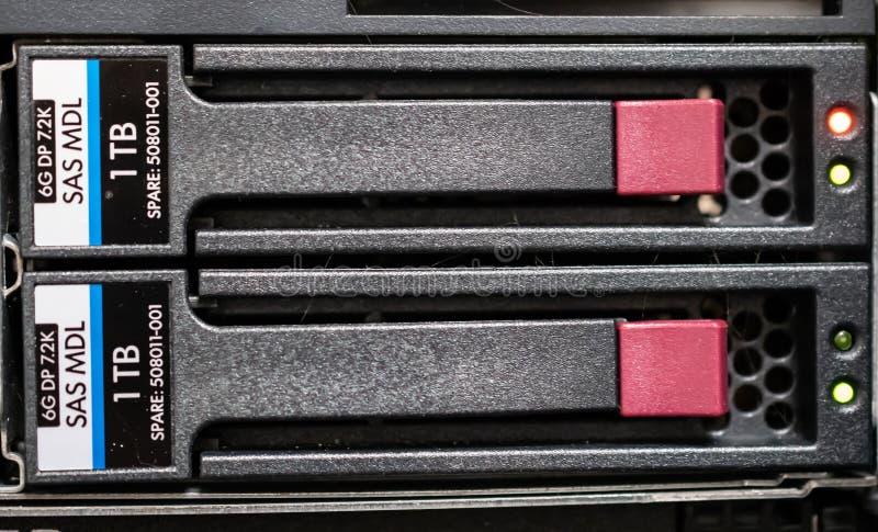 Жесткие диски установленные шкафом стоковое фото