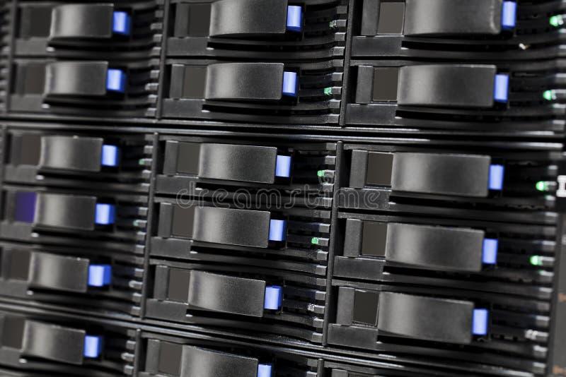 Жесткие диски хранения САН в большом datacenter стоковые фотографии rf