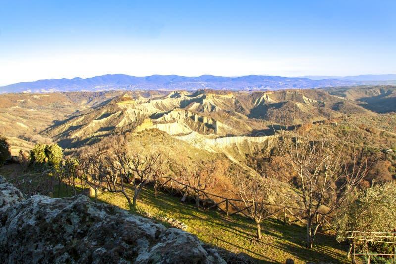 Жесткие меловые скалы долины calanchi стоковые изображения rf