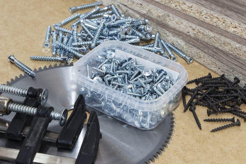 Жесты, подтверждения на мебель, лента мера, зажим, лежат на столе Производство мебели стоковое изображение