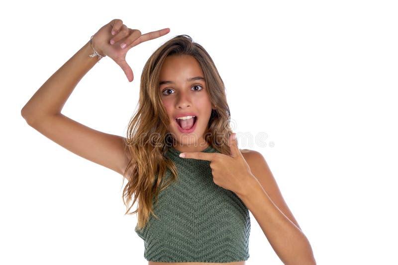 Жест пальцев рамки девушки подростка брюнет стоковое изображение rf