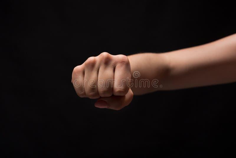 Жест рукой, сжатый кулак женщины, подготавливает для того чтобы пробить стоковое фото