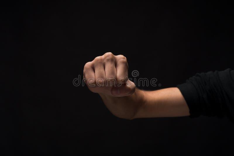 Жест рукой, сжатый кулак человека, готовый для того чтобы пробить изолированный стоковые фотографии rf