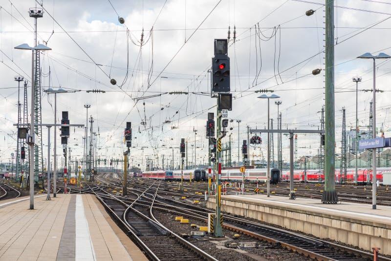 Железная дорога поезда с светофором основы Statio Франкфурта стоковое изображение rf