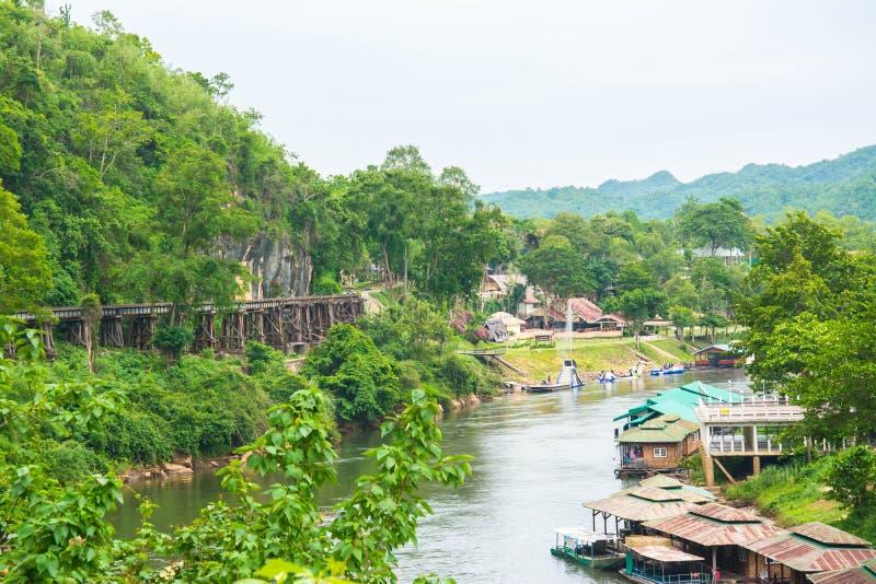 Железная дорога смерти моста Tham Kasae пассажирских поездов на реке Kwai Kanchanaburi, Таиланде стоковая фотография rf