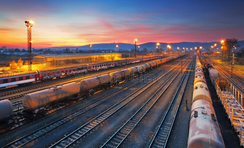 Download Железнодорожная станция товарного состава груза Стоковое Фото - изображение насчитывающей ноча, поставка: 37931698