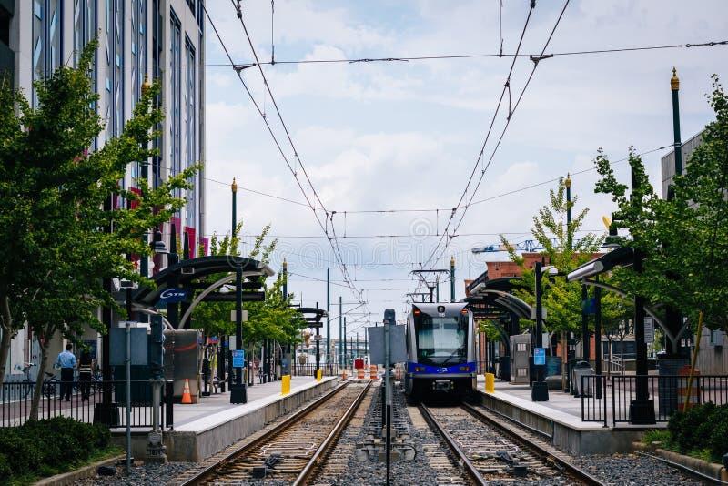 Железнодорожные пути и здания в расположенном на окраине города Шарлотте, северном Carolin стоковые изображения rf
