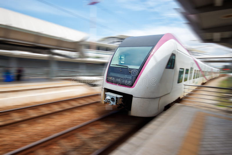 Железнодорожный вокзал поезда причаливая. стоковые фотографии rf