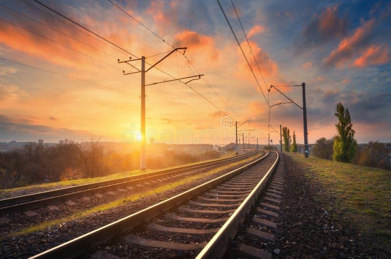 Железнодорожный вокзал против красивого неба на заходе солнца промышленная земля стоковые фотографии rf