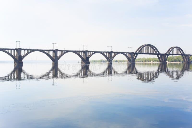Железнодорожный мост над рекой стоковые фотографии rf