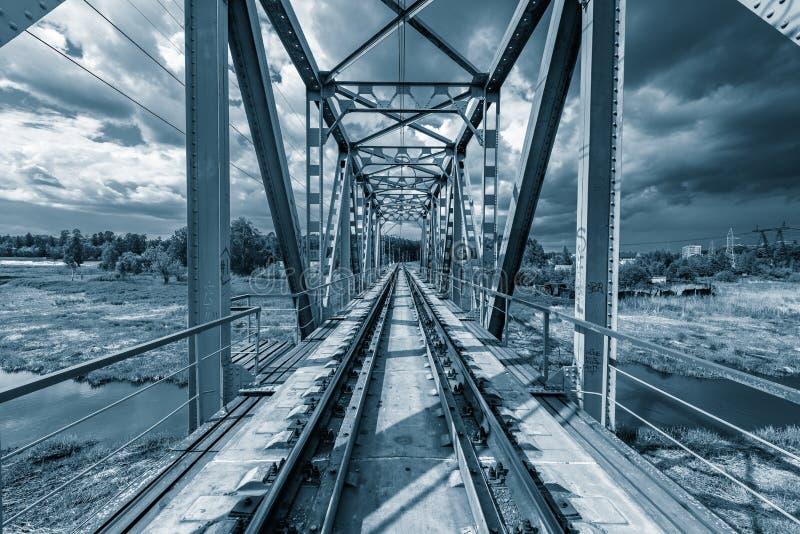 Железнодорожный мост под бурными небесами стоковое фото rf