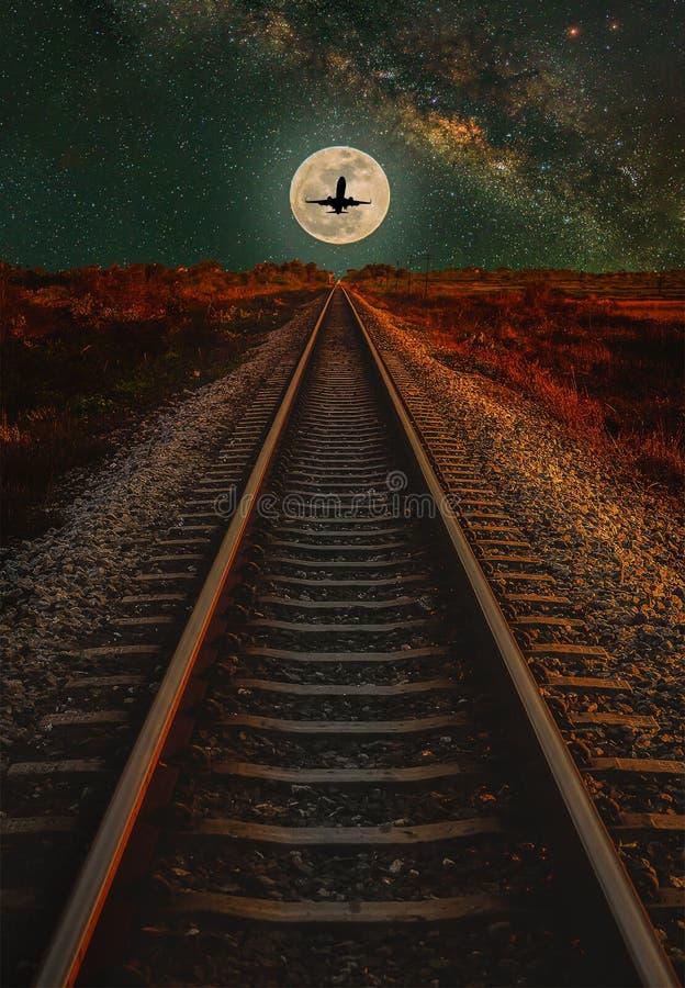 Железнодорожный путь с луной и млечный путь в ночном небе стоковые изображения