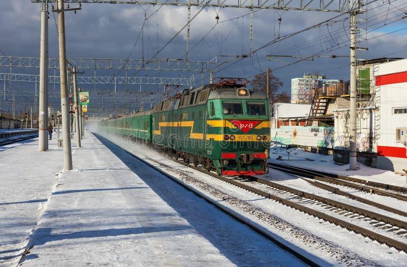 Железные дороги тренируют пропуски платформой Ramenskoye города в области Москвы в зиме стоковая фотография