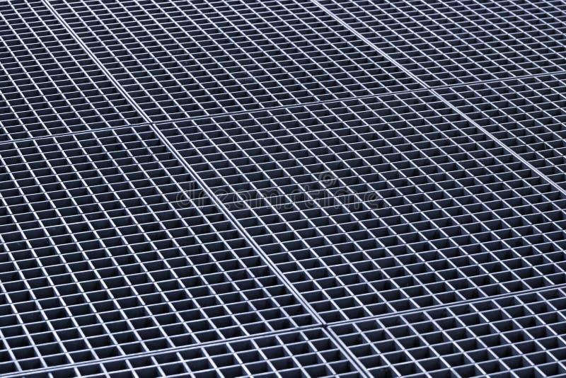 Железные решетки сброса решеток и металла сточной канавы стоковое фото rf