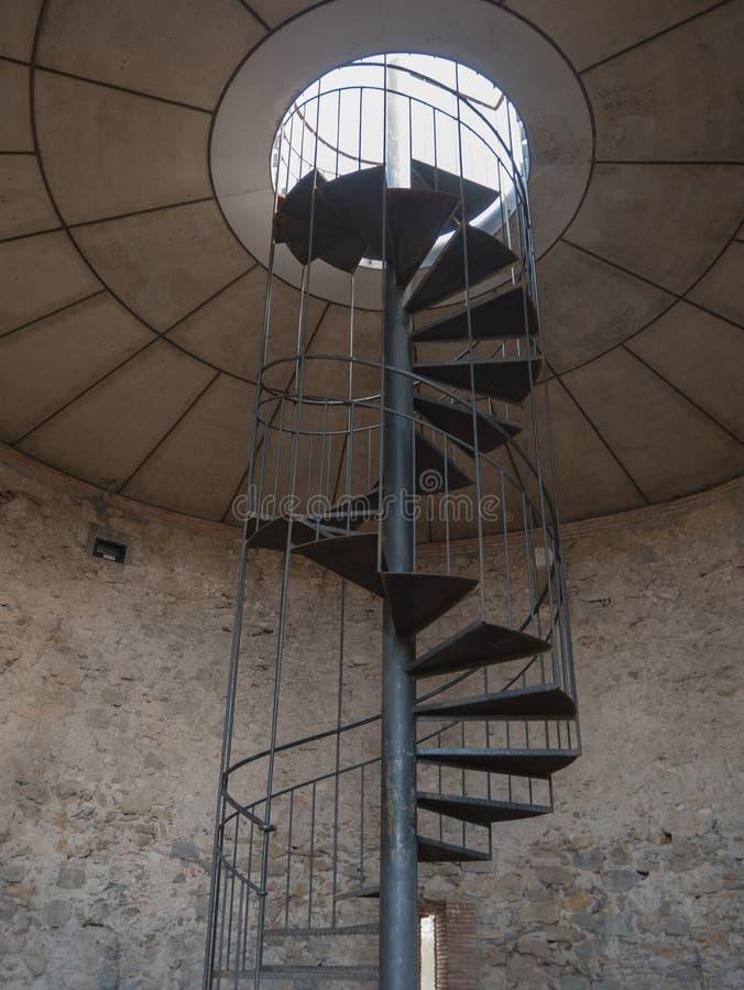 Железные спиральные лестницы в старой башне стоковое изображение rf