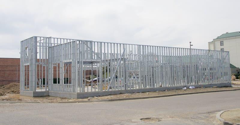 Железный каркас здания под конструкцией стоковое изображение rf