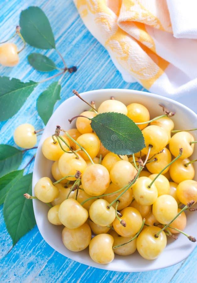 Download Желтая вишня стоковое изображение. изображение насчитывающей ягод - 41659343