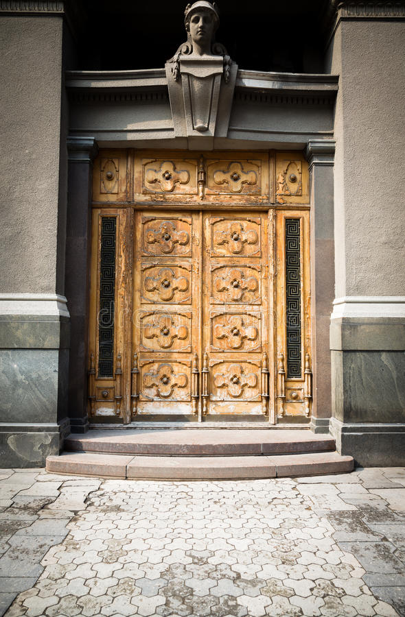 Желтая деревянная дверь стоковая фотография